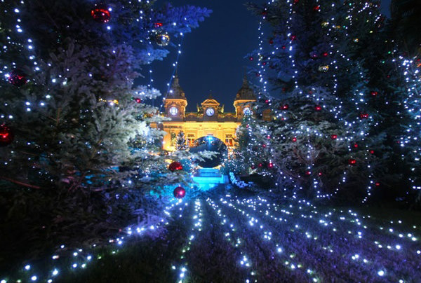 30 Absolutely Beautiful Christmas Decorations From Around The ...