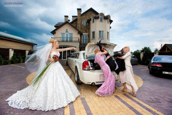 28 ways to shoot fun and creative wedding portraits hongkiat groom kidnap junglespirit Choice Image