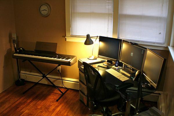 tri-monitor setup keyboard